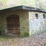 Die Hütte ist aus Natursteinen gemauert und verschlossen.